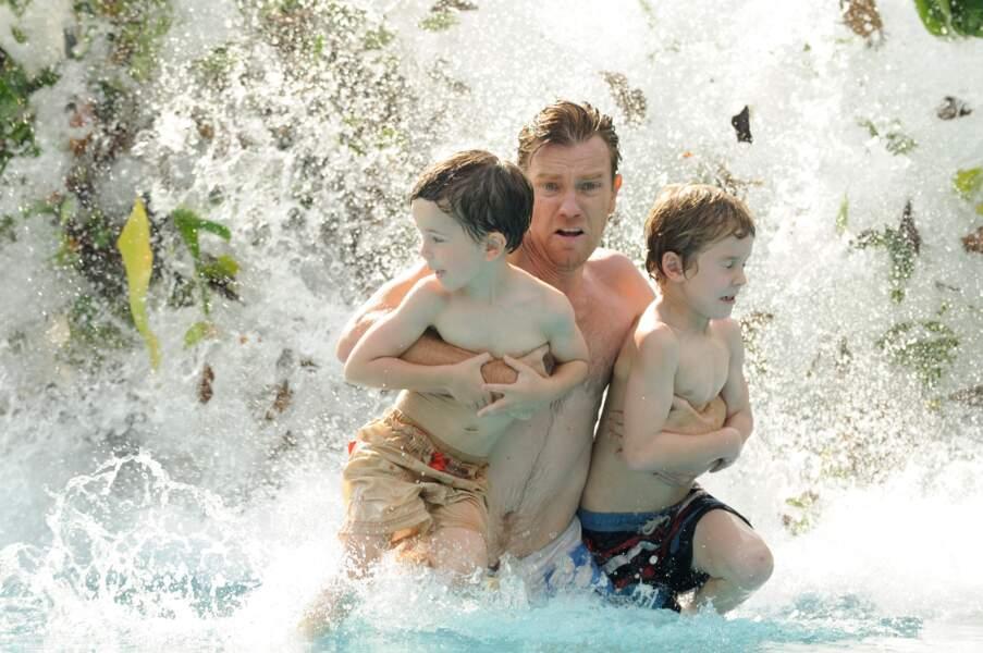 Ewan McGregor essayent d'échapper avec ses enfants au tsunami de The Impossible (2012).