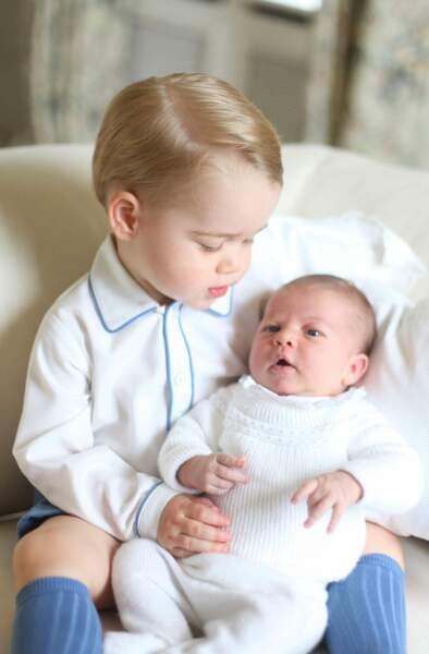 Le Prince George veille sur sa petite soeur, la princesse Charlotte...