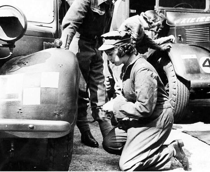 Pendant la seconde guerre, elle s'engage comme conductrice d'ambulance