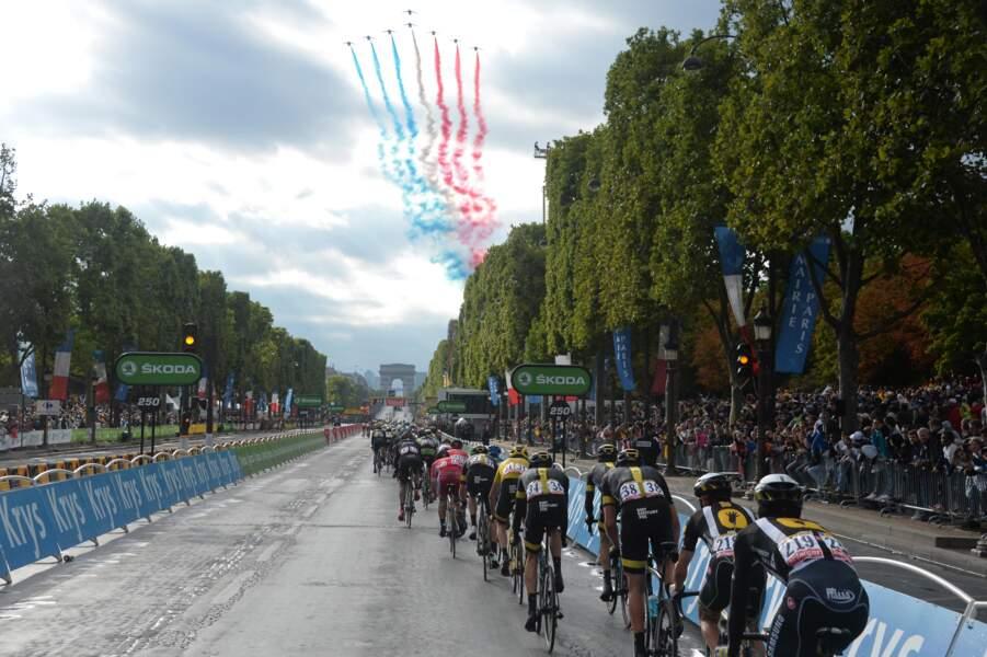 La patrouille de France veille sur les coureurs