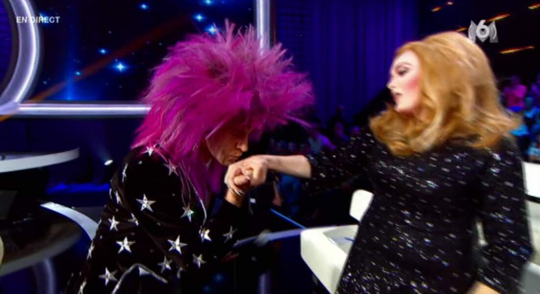 Un hop, un baise-main de Sir Elton pour Adèle. It's so British and so elegant !