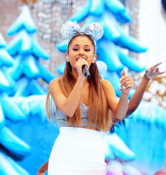 Version argentée pour Ariana Grande en concert à Disney World.