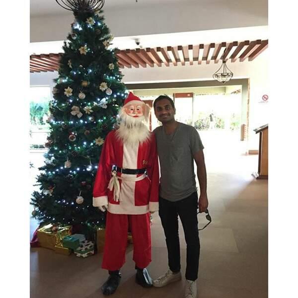 Aziz Ansari pose avec le Père-Noël en Inde