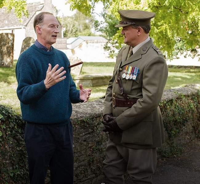 Hugh Bonneville en pleine conversation avec Alastair Bruce, le conseiller historique de Downton Abbey