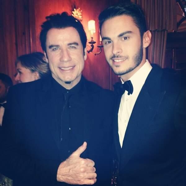 Là, il pose avec John Travolta.