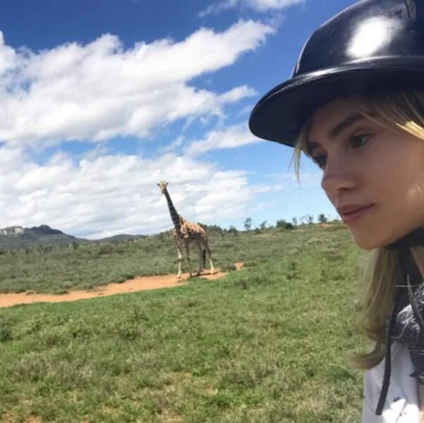 Suki Waterhouse a vu des girafes en faisant du cheval à Nairobi. Kamoulox !