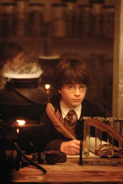 2001. La planète entière succombe au charme du jeune Harry Potter, incarné par Daniel Radcliffe, 11 ans à l'époque.