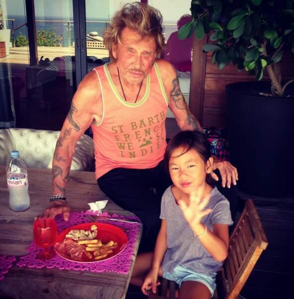 Johnny Hallyday, heureux avec l'une de ses filles