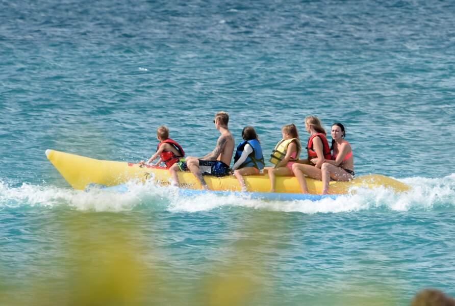 Banana boat pour Justin Bieber en famille à Anguilla.