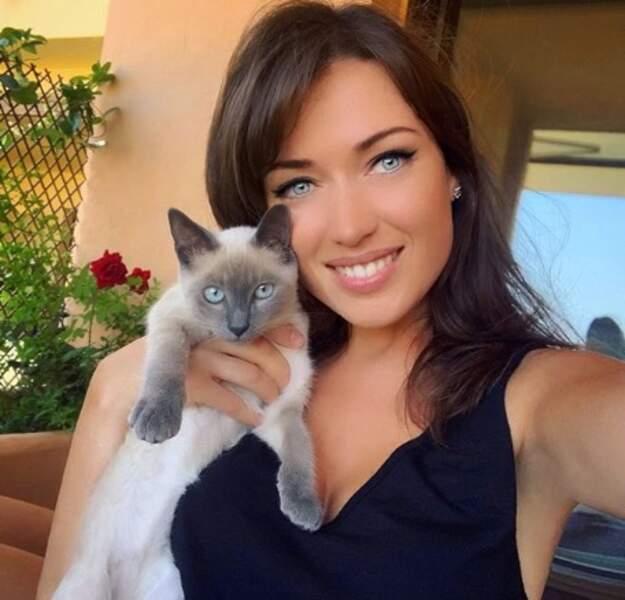 Elsa Esnoult + un chaton = douceur (et allergie).