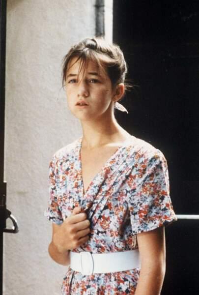 """Après ses premiers pas au cinéma, Charlotte Gainsbourg chante à 13 ans """"Lemon Incest"""" en duo avec son père."""