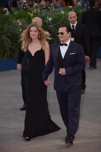 Main dans la main, Amber Heard et Johnny Depp sont arrivés à la projection de Strictly Criminal