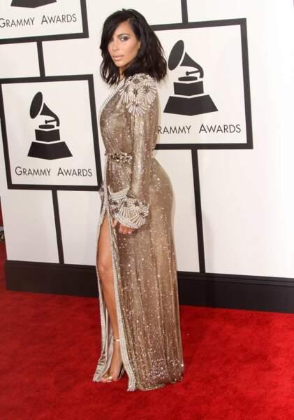 Kim Kardashian, dans une tenue plutôt simple et sobre (pour elle)