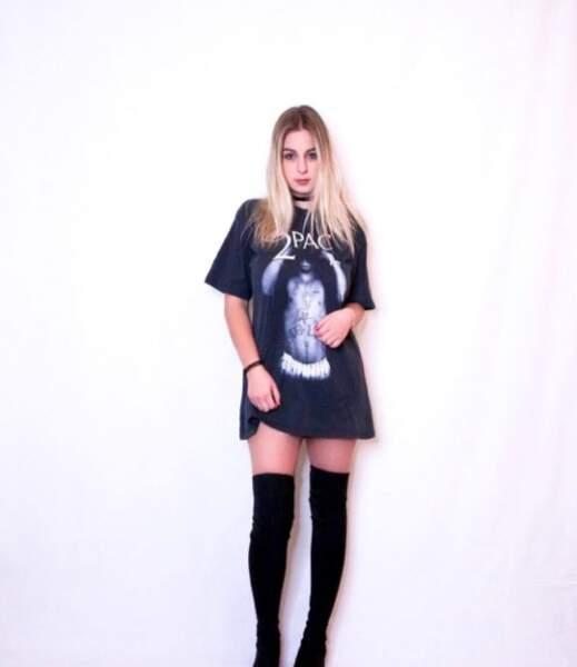 ...T-shirt et cuissardes... elle maitrise les codes du rock !