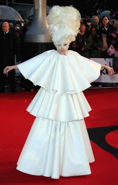 2010 : aux Brit Awards, un look entre chandelier et Marie-Antoinette