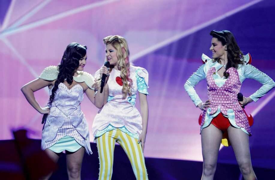 Demi-finale : les trois représentantes de la Serbie, dans des tenues...très...créatives