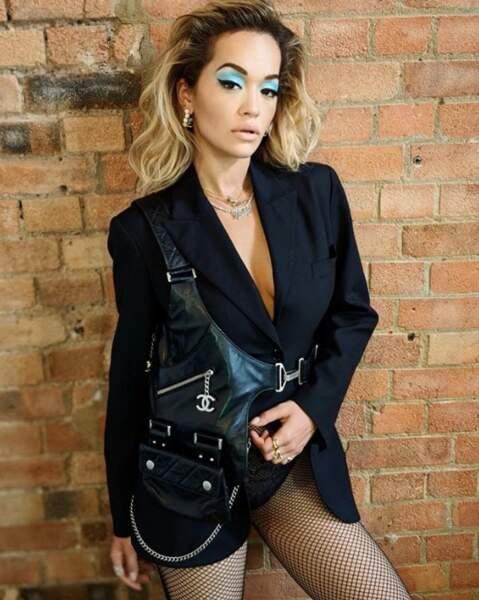 Rita Ora a oublié d'enfiler quelque chose sur ses collants en résille.