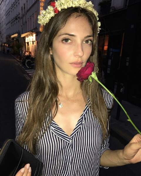 Couronne de fleurs dans les cheveux, Annabelle est une romantique