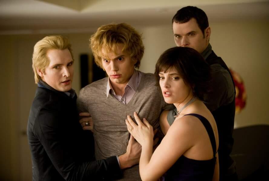 Jackson Rathbone (au milieu sur la photo) est Jasper Hale dans les films Twilight