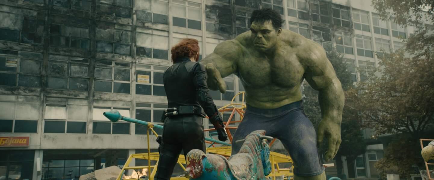 Avec un monstre colérique : Scarlett Johannson et Mark Ruffalo, alias Hulk dans Avenvers : l'ère d'Ultron