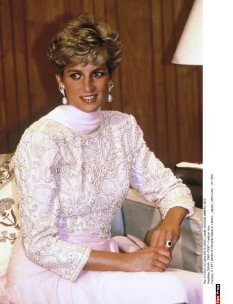 Lors d'une réception en son honneur au Pakistan, Diana porte une robe aux impressions cachemire