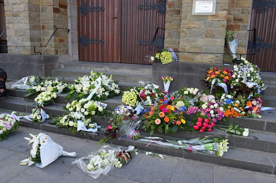 Les fleurs sur le parvis de l'église Notre-Dame des Graces a Woluwe-Saint-Pierre près de Bruxelles, en Belgique