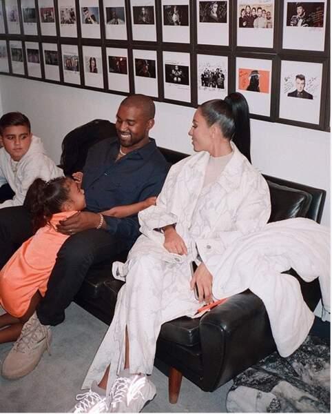 Kim en famille... en salle d'attente chez le dentiste ?