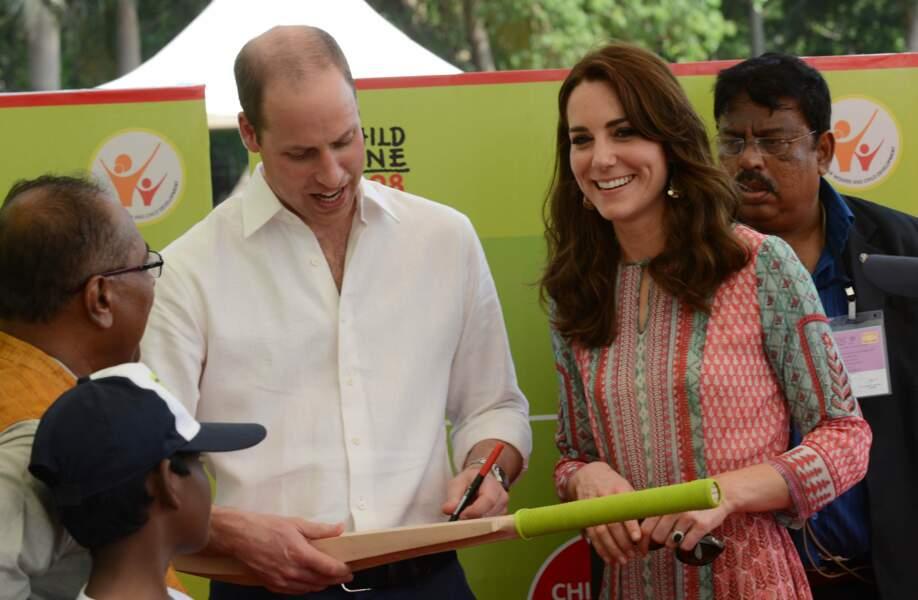 Une visite aussi royale, ça méritait bien un p'tit autographe sur une batte, non ?
