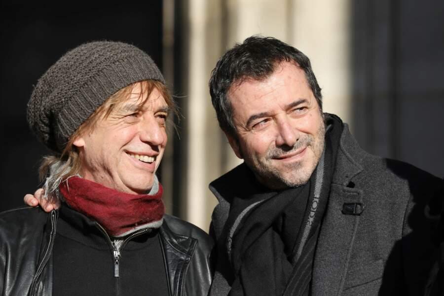 Le sourire aux lèvres pour rendre hommage à Johnny, ici aux côtés de l'animateur Bernard Montiel.