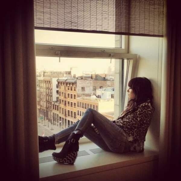 Carly Rae Japsen profitant d'une vue sur Montréal avant un concert (On notera les chaussures...)