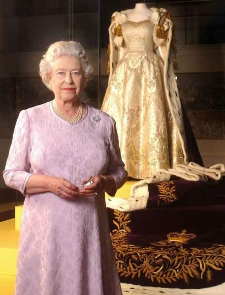 On ouvre ses archives personnelles au public et on leur montre sa robe de couronnement