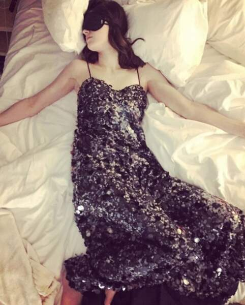 Et pensez à vous déshabillez en rentrant de soirée, histoire de ne pas vous réveiller comme Alexandra Daddario.
