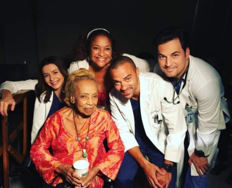L'équipe de Grey's Anatomy a reçu la visite de la maman de l'actrice Debbie Allen (Catherine)