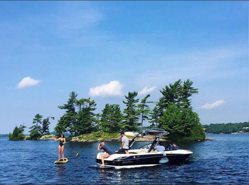 Cindy ne manque jamais l'occasion d'un petit tour en bateau...