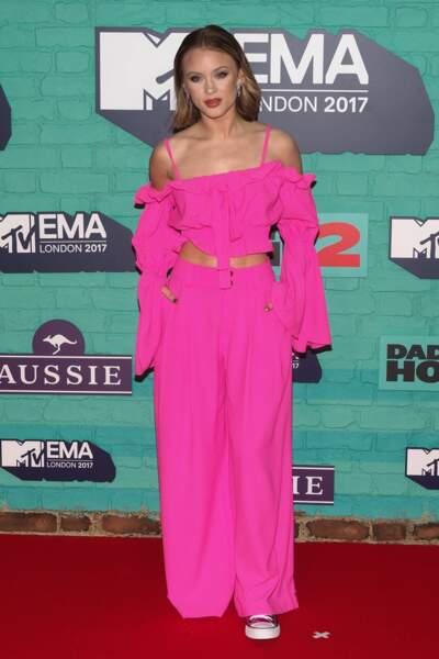 Tenue couture / Converse : combo osé pour Zara Larsson.
