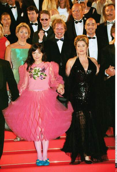 L'artiste islandaise Björk est connue pour ses tenues extravagantes : allez hop, du rose et du volume ! (2000)