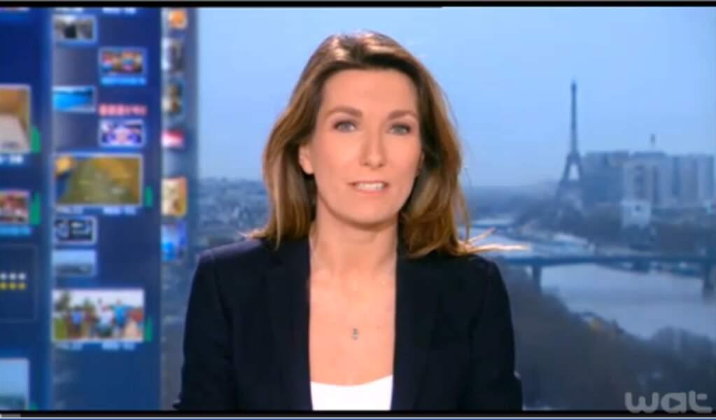 Anne-Claire Coudray dans un style très classique : un blazer noir porté sur un top blanc