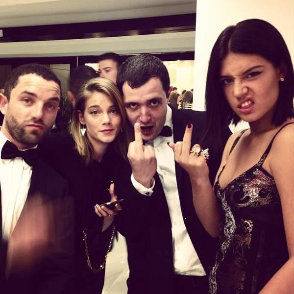 Hey, dis donc Adèle, range ce doigt...