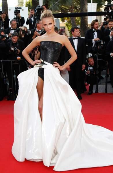 Natasha Poly a misé sur une robe très révélatrice pour le Festival de Cannes