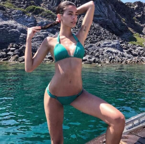 La jolie brune adore passer du temps en maillot de bain