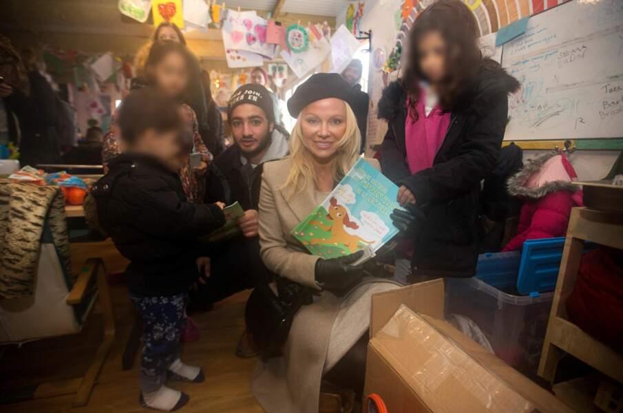 Sensible à la cause des réfugiés, Pamela Anderson s'est rendue dans un camp à la Grande-Synthe près de Calais