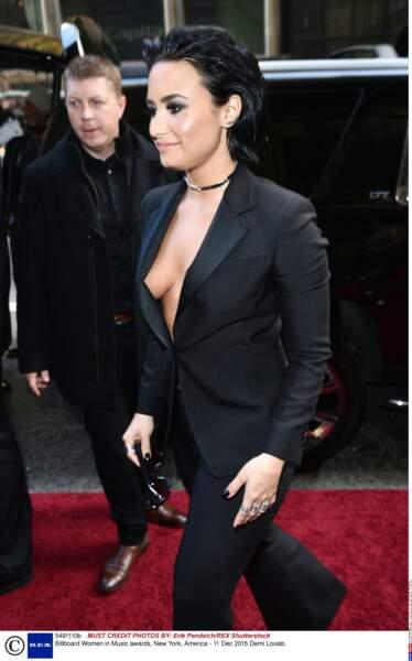 Le smoking sans soutien-gorge de Demi Lovato, c'est hot !