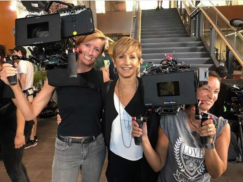 C'est l'heure des photos sur le tournage pour Gabrielle Carteris !