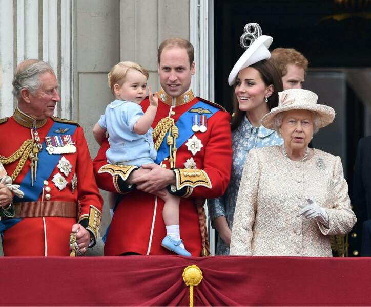Juin : La vedette de Trooping the colors ? Baby George bien sûr ! Grand mamie - la Queen - est totalement out…