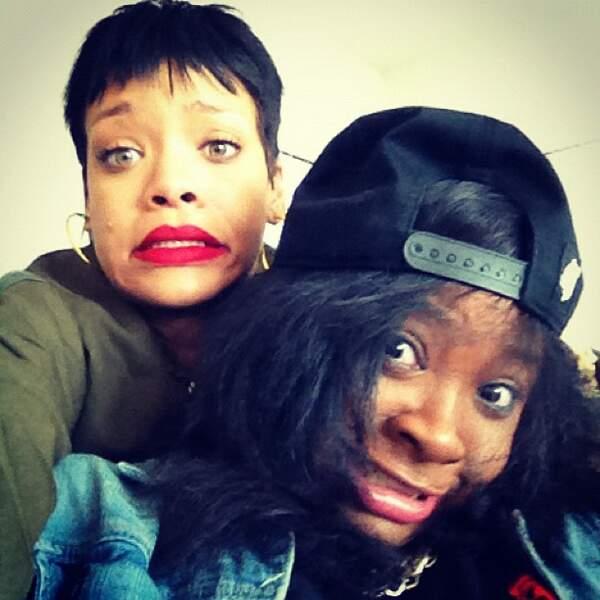 Rihanna n'est pas toujours jolie : la preuve (c'est celle qui est à gauche de la photo)