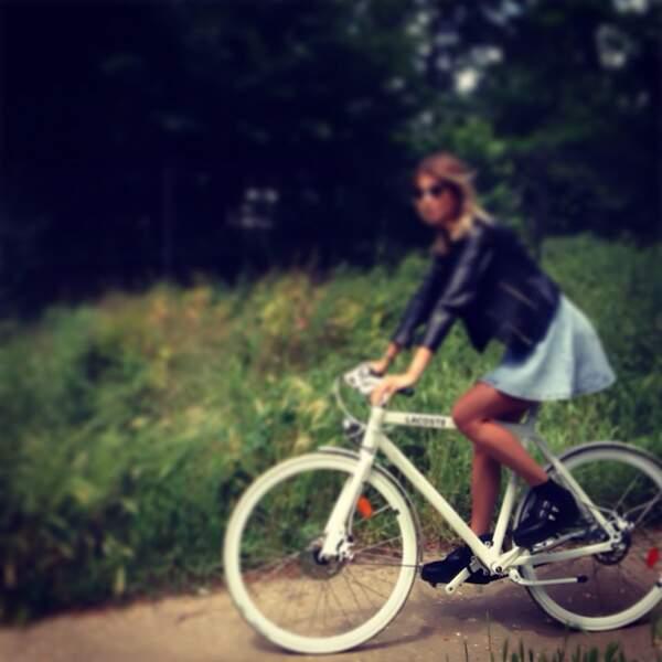 De temps en temps, elle fait des promenades à vélo