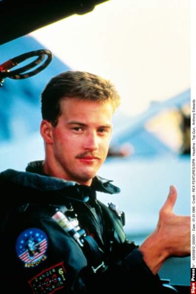 Anthony Edwards campait Goose, le coéquipier moustachu de Maverick