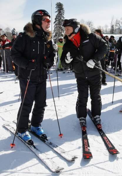 Vladimir parle ski avec son ami Dmitri.