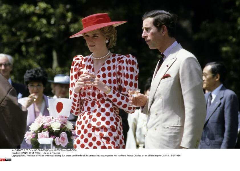 La robe à pois idéale pour un voyage officiel au Japon en 1986
