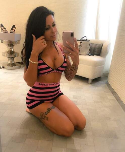 Shanna Kress a posé en lingerie à même le sol.